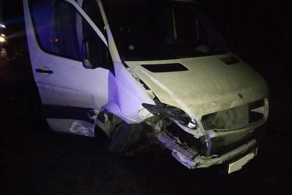 Два человека пострадали в столкновении легковушки и малотоннажного грузовика в Самарской области   CityTraffic