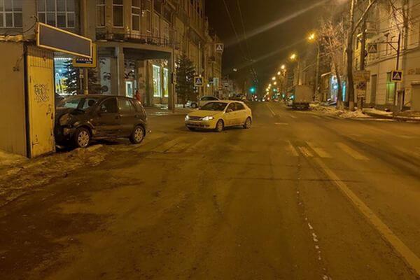 В Самаре ночью автомобиль протаранил павильон | CityTraffic
