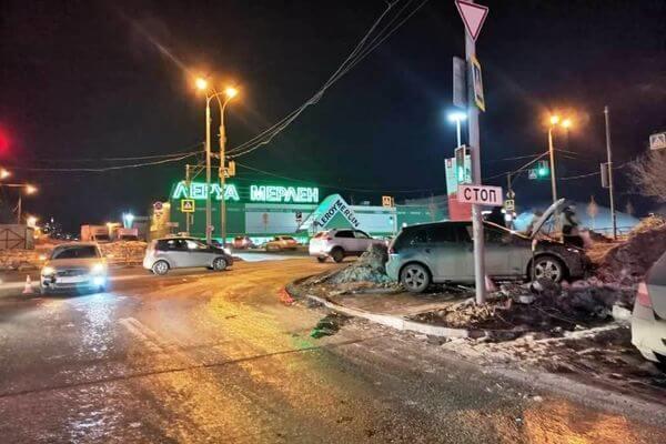 В Самаре столкнулись два автомобиля - пострадал пешеход на тротуаре   CityTraffic