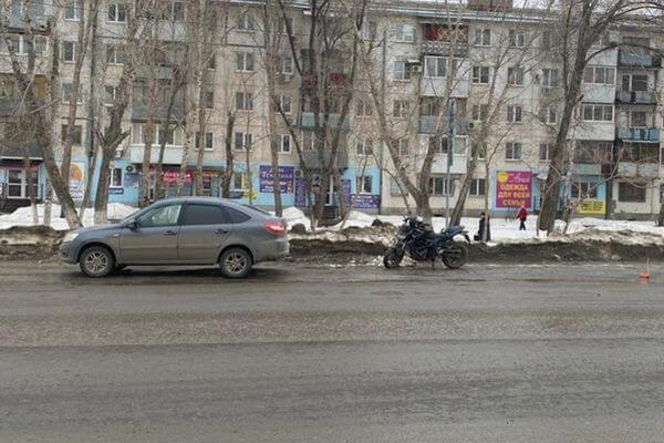 "В Самаре ""Гранта"" настигла мотоциклиста у края дороги | CityTraffic"