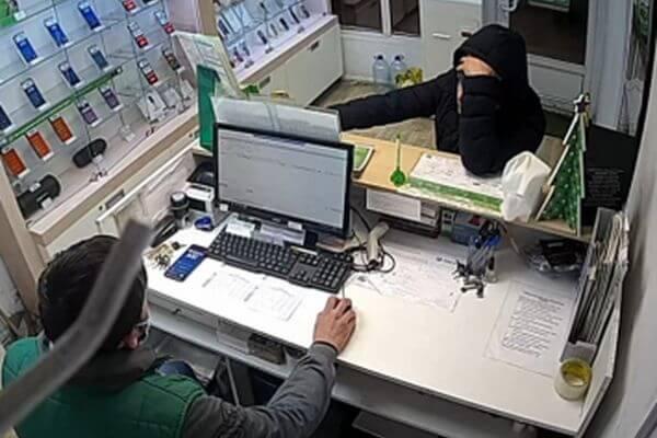 Житель Самары похитил в магазине мобильный телефон и оставил бутылку с алкоголем на месте преступления | CityTraffic