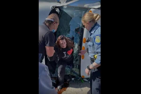 Очевидец забрался в опрокинутый грузовик, разбил лобовое стекло и вытащил из кабины женщину | CityTraffic