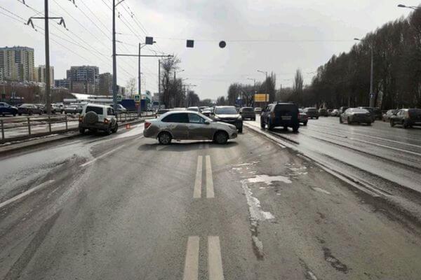 В Самаре невнимательный водитель врезался в 2 стоящих автомобиля | CityTraffic