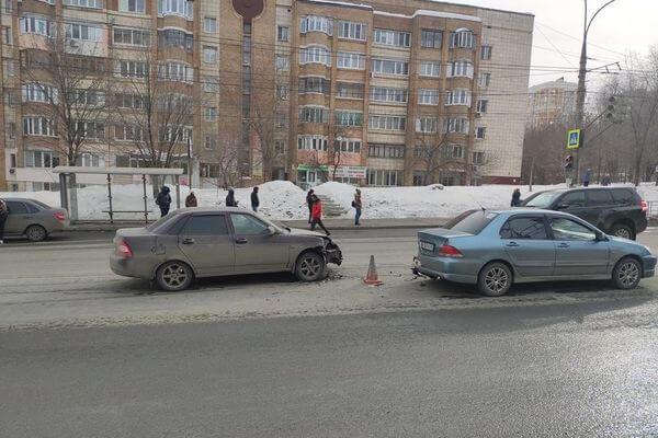 В Самаре молодой водитель врезался в стоящую иномарку   CityTraffic