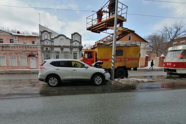 В Самаре внедорожник Ниссан врезался в трамвайную опору | CityTraffic