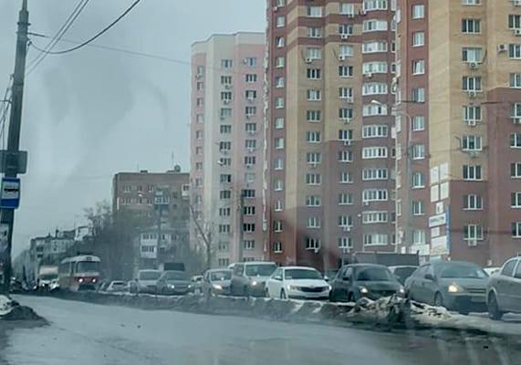 В Самаре из-за аварии на Ново-Вокзальной автобусы пустили в объезд, а машины едут по трамвайным путям | CityTraffic