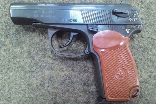 Житель Тольятти на глазах у маленького сына наставил на его мать пистолет | CityTraffic