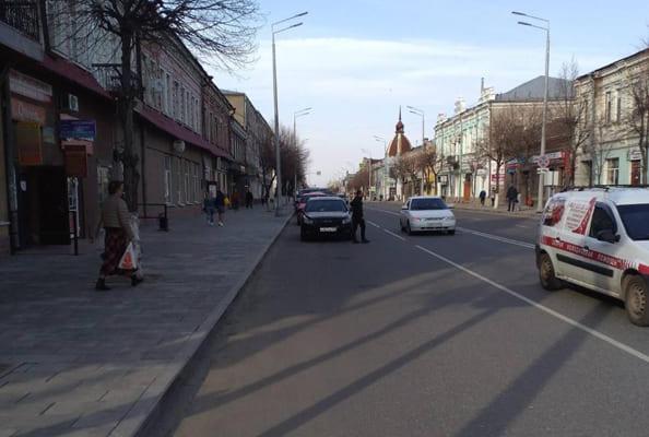 В Сызрани автомобиль без водителя сбил пешехода на тротуаре | CityTraffic