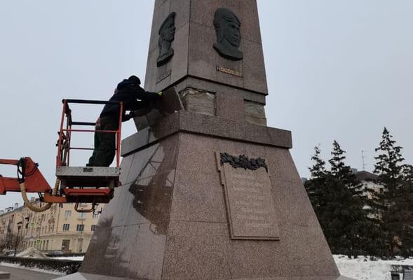 В Тольятти частично демонтировали облицовку обелиска Славы, чтобы не было несчастных случаев | CityTraffic