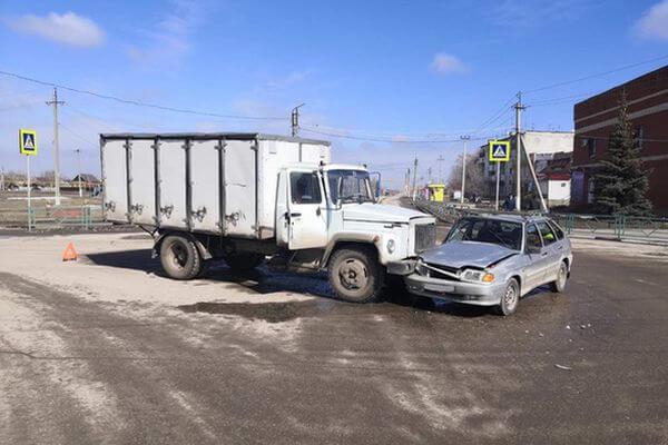 В Самарской области пострадала пассажирка легковушки, врезавшейся в ГАЗель | CityTraffic
