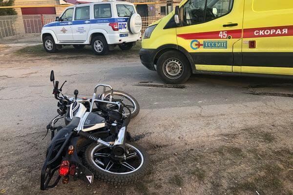 "Два школьника на мопеде попали под колеса ""Ларгуса"" в Самарской области | CityTraffic"