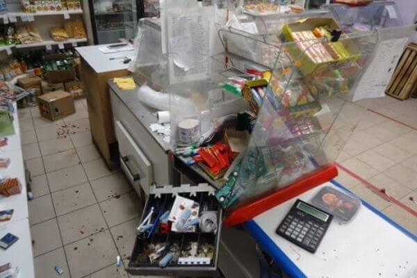 Житель Самарской области похитил деньги в магазине, порезав продавцу лицо и  руки | CityTraffic