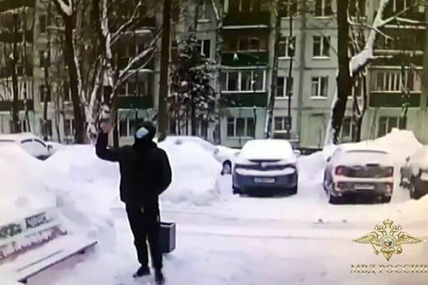 Московская пенсионерка сбросила мошенникам 1 млн рублей с балкона, думая, что работает под прикрытием | CityTraffic