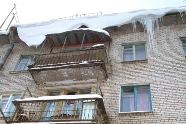 Коммунальщика из Самары будут судить за падение наледи  с крыши дома на ребенка | CityTraffic