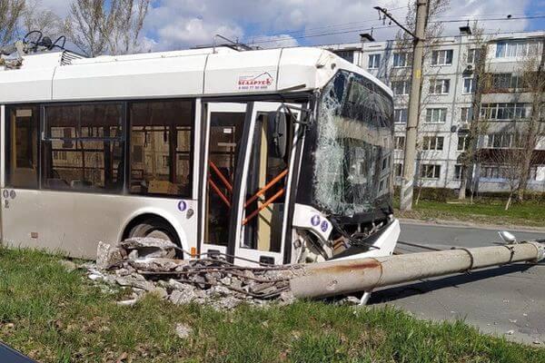 В Тольятти троллейбус врезался в световую опору | CityTraffic