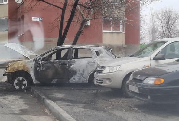 В Тольятти ночью сгорела иномарка, от огня пострадали еще 4 автомобиля | CityTraffic