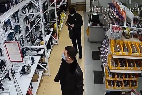 В Тольятти вор в черном похитил строительный инструмент в магазине и попал на видео | CityTraffic