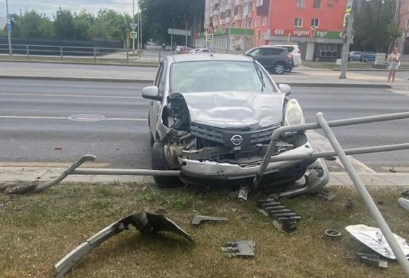 В Самаре иномарка врезалась в «Ладу» и протаранила пешеходное ограждение | CityTraffic