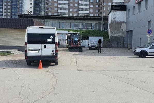 В Самаре водитель микроавтобуса сбил троих пешеходов, двигаясь задним ходом | CityTraffic