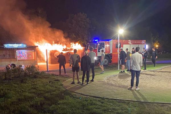 Ночью в сквере 50-летия АВТОВАЗа в Тольятти 8 человек тушили прокат самокатов | CityTraffic