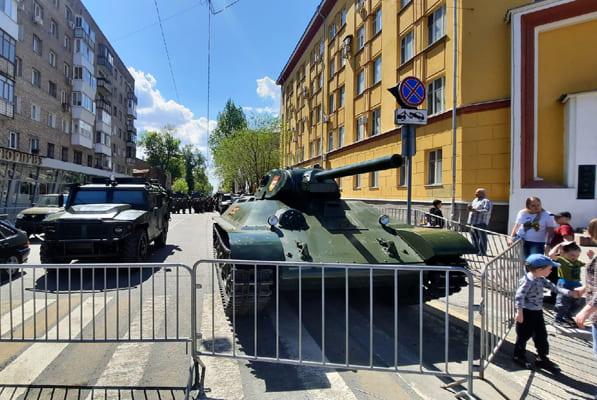 Самарцы гуляют у военной техники для Парада Победы | CityTraffic