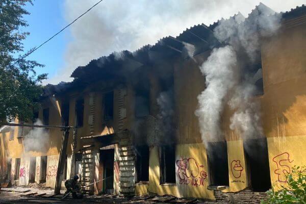 В Самаре горит здание бывшего общежития на Мехзаводе