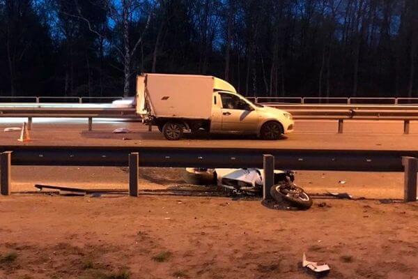 В Самаре мотоциклист без прав врезался в стоящий фургон и попал в реанимацию | CityTraffic
