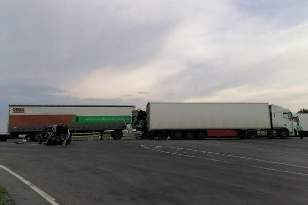 """Фура с минеральной ватой отправила """"Весту"""" в грузовик с фруктами на трассе М-5 в Самарской области   CityTraffic"""