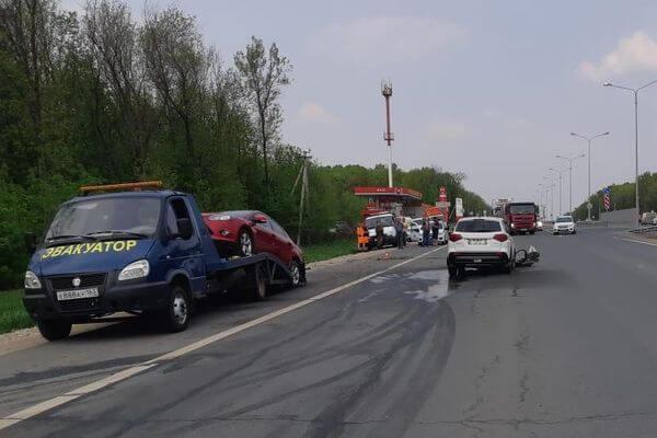В Самарской области водитель иномарки врезалась в стоящий эвакуатор | CityTraffic