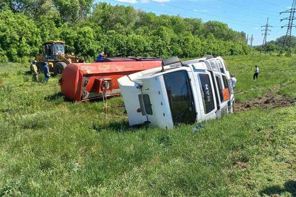 На трассе М-5 в Самарской области опрокинулась цистерна с нефтепродуктами | CityTraffic