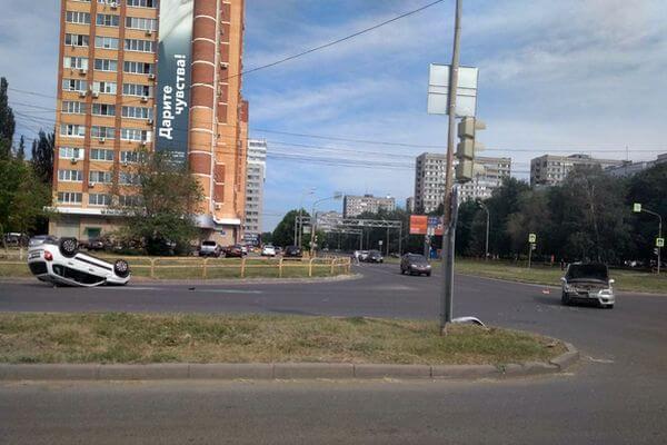 """В Тольятти """"Гранта"""" не пропустила """"Хендай"""" и опрокинулась   CityTraffic"""