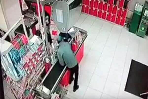 Житель Тольятти прикинулся покупателем вмагазине ипохитил деньги изкассы