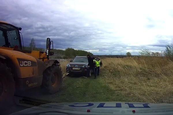 Полиция вытащила тонущий автомобиль жителя Самарской области из болота | CityTraffic