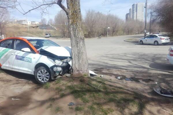 На набережной Тольятти иномарка врезалась в дерево | CityTraffic