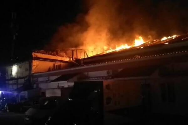 В Самаре ночью 94 пожарных тушили крышу здания на Чернореченской | CityTraffic