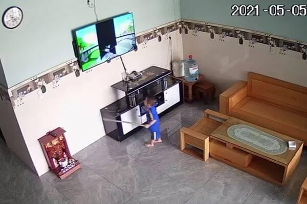 Мальчик разбил палкой телевизор, пытаясь достать героев мультфильмов