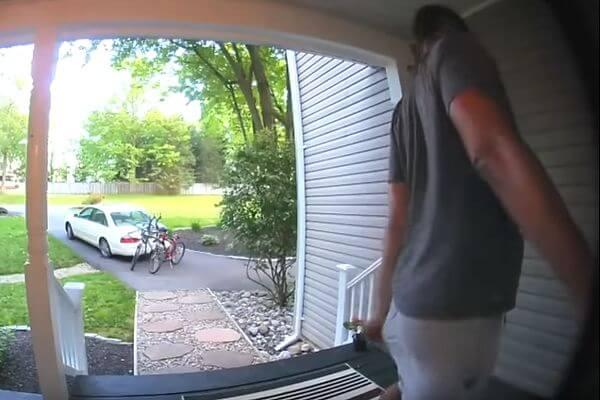 Американка выложила видео, на котором ее муж вышел на улицу избавиться от кишечных газов