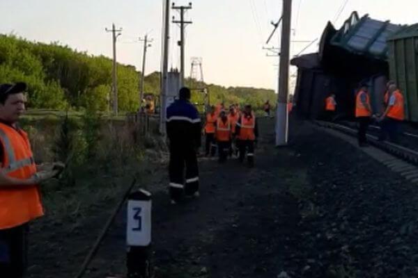 Из-за схода 14 вагонов грузового поезда в Самарской  области возбуждено уголовное дело | CityTraffic