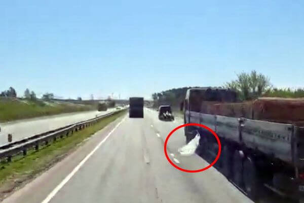 В Тольятти оштрафовали водителя грузовика, ронявшего мусор на дороге | CityTraffic