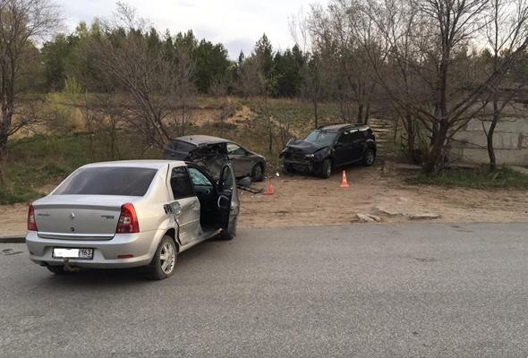 В Самаре водитель Renault протаранил две припаркованные машины и попал в больницу | CityTraffic