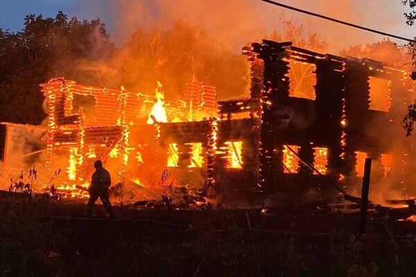 Под Тольятти ночью сгорел корпус будущей турбазы   CityTraffic