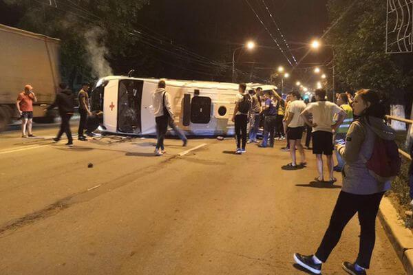 """В Самаре ночью опрокинулась """"Скорая помощь"""" ваварии стремя автомобилями"""