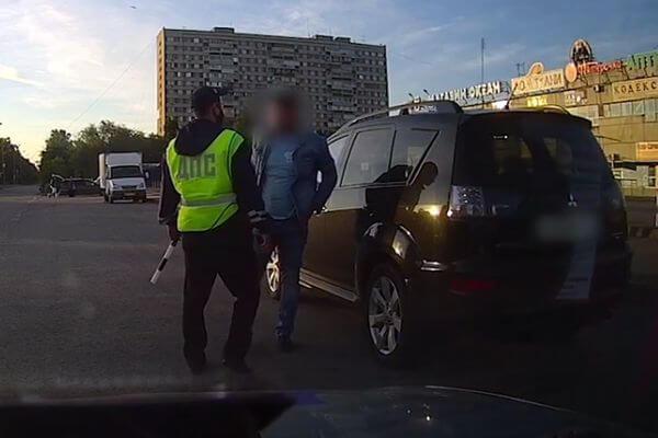 Пьяный водитель уходил от полицейских Тольятти, врезаясь в бордюры | CityTraffic