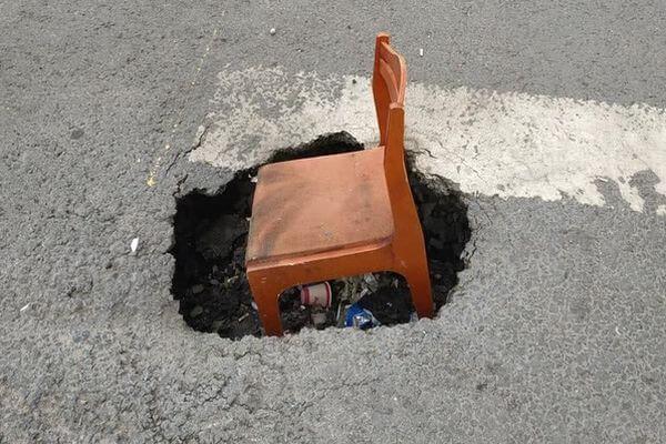Жители Самары поставили стул вяму на дороге, чтобы привлечь внимание властей