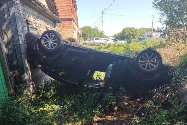 В Сызрани легковушка въехала в дом и опрокинулась | CityTraffic