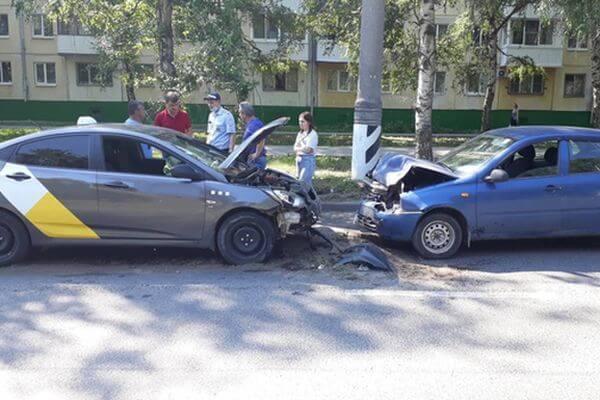"""В Тольятти таксист врезался вбордюр, дорожный знак ив """"Ладу"""" на встречной полосе"""