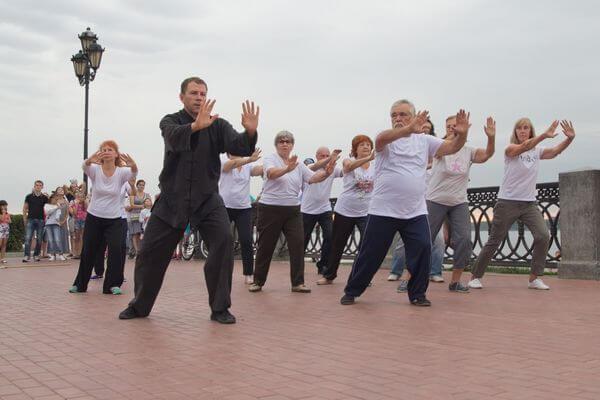 В Самаре, Тольятти иНовокуйбышевске пенсионеры могут бесплатно заниматься ушу на открытом воздухе