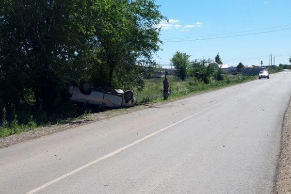 В Самарской области легковушка опрокинулась, врезавшись в дерево | CityTraffic