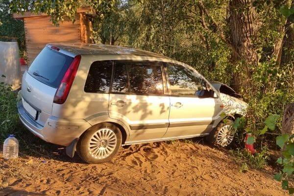 В Самарской области ночью на пляже пьяный водитель без прав врезался в дерево | CityTraffic