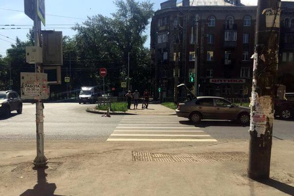 В Самаре пенсионерка попала под колеса иномарки, переходя дорогу на красный свет | CityTraffic